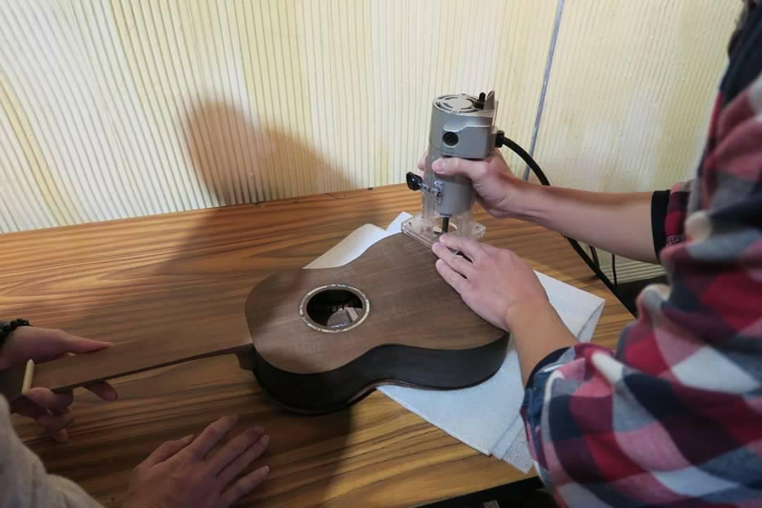 學員利用機器再把烏克麗麗的表層磨平、磨光。 圖/林管處提供