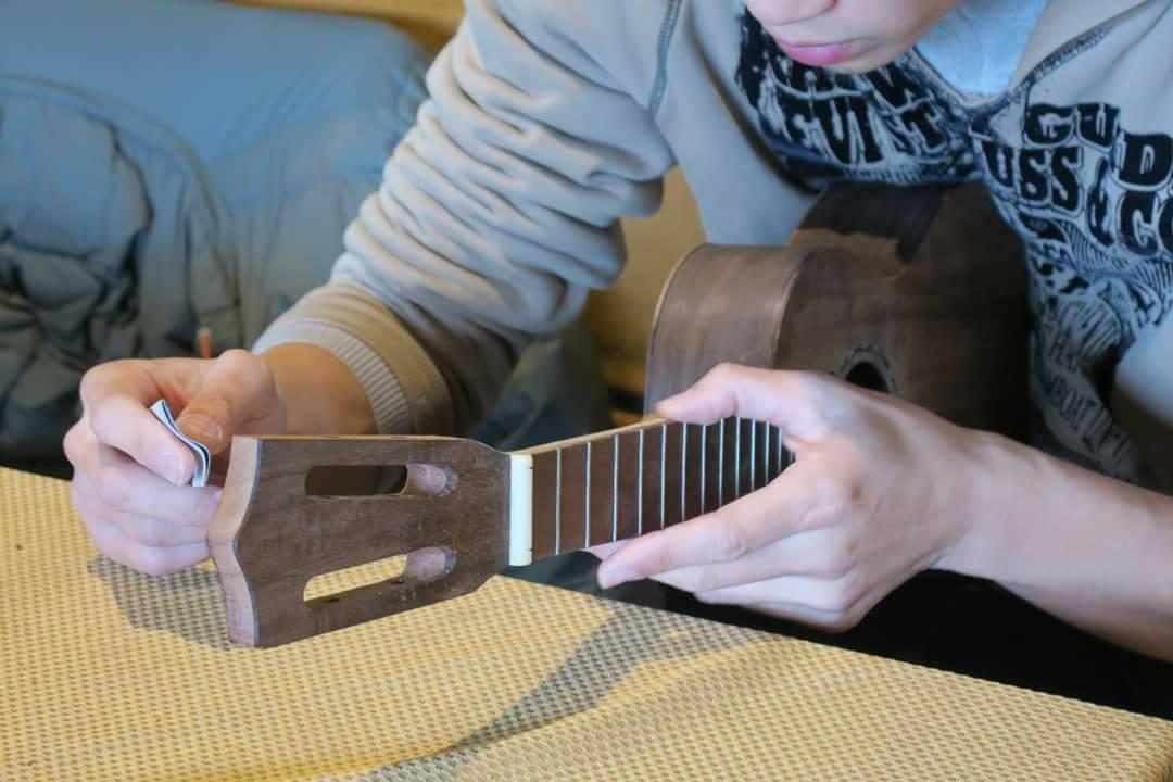 透過砂紙反覆研磨,才能完成高質感的手作烏克麗麗。 圖/林管處提供