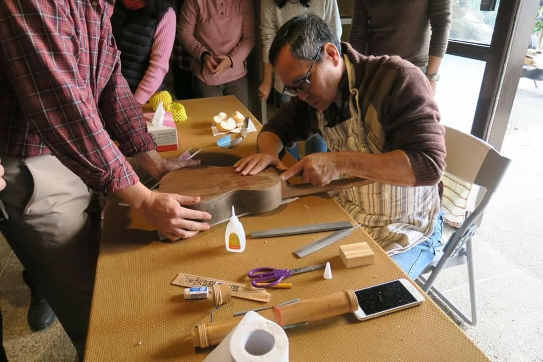 西班牙製琴大師Adolfo指導學員製作手工烏克麗麗。 圖/林管處提供