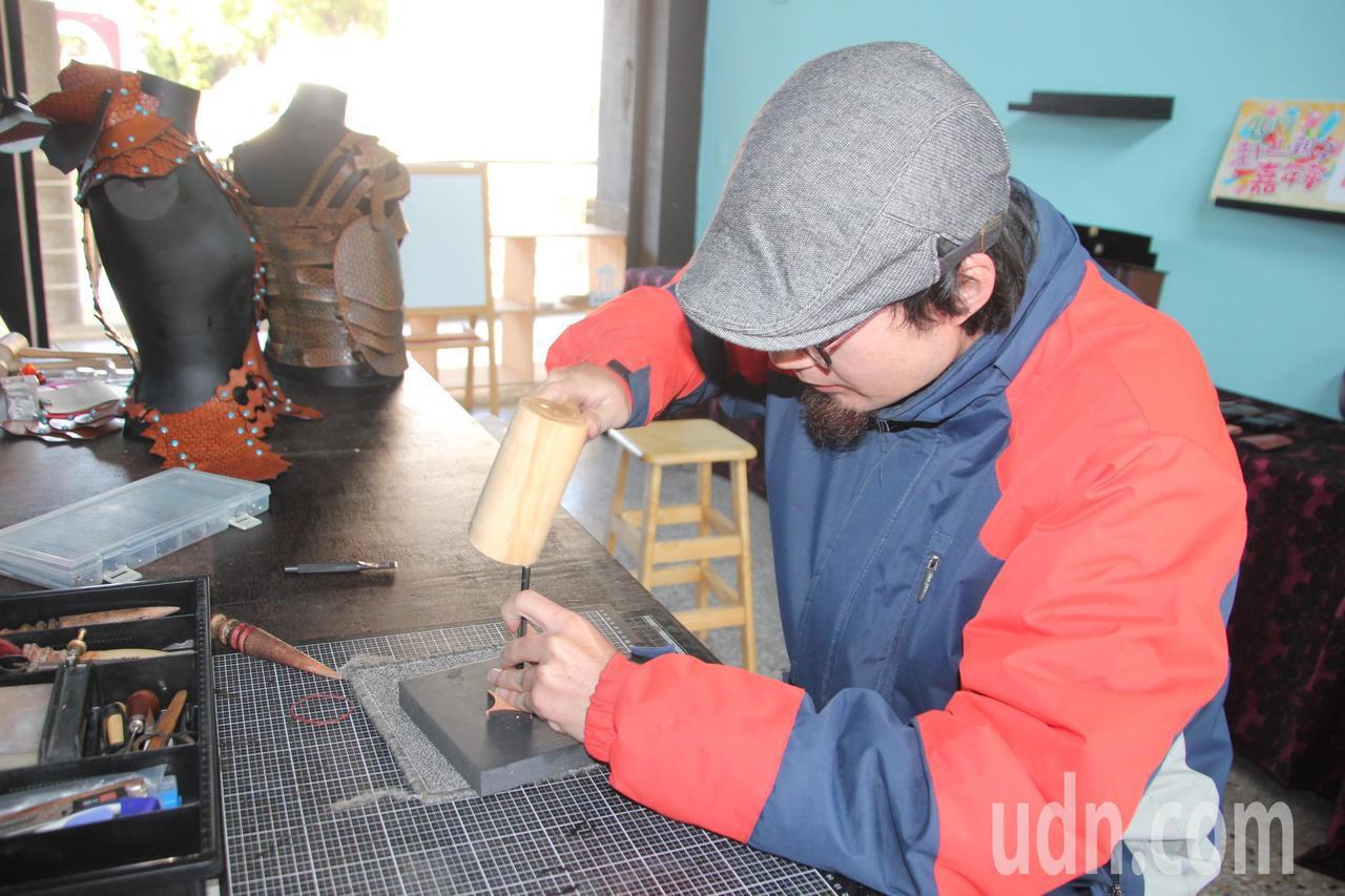 鐘健瑋投入皮雕手作藝術,但他說其實做文創工作,收入不穩定,他經常想放棄「自己的文...
