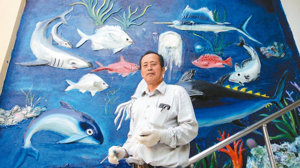 事隔20年林慶義再度回到母校,將當年施作的浮雕畫重新補強,花了兩周時間終於再現風...