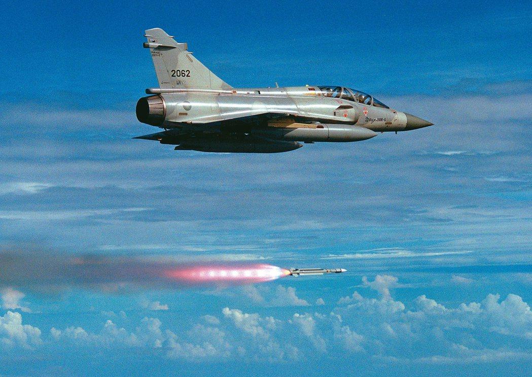 我國於一九九二年向法商磋商採購幻象戰機,以及四八○枚魔法二型短程空對空飛彈、九六...