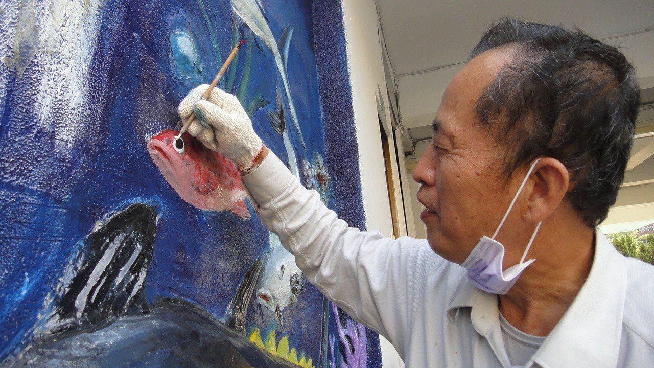 林慶義花了2周時間塗上好幾層水泥漆幫浮雕重新補色。 記者蔣繼平/攝影