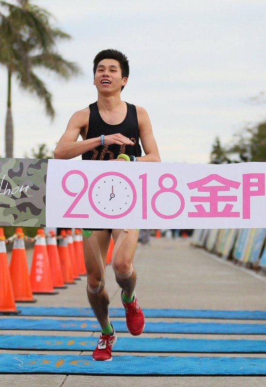 三六一度年度簽約選手陳秉豐拿下男子半程馬拉松冠軍。 圖/大漢集團提供