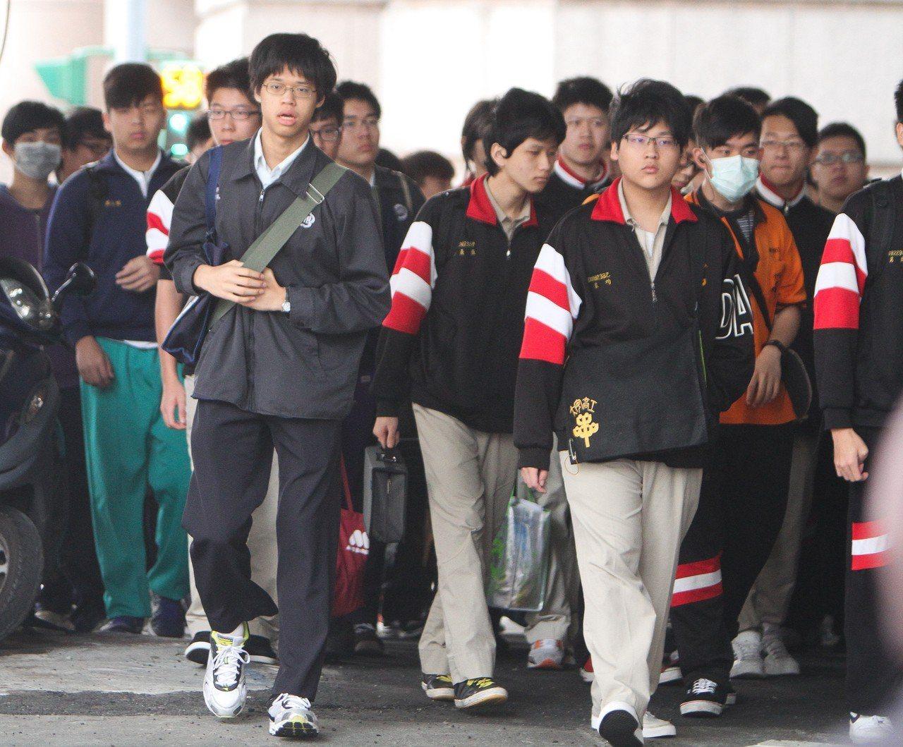 圖為大安高工學生與鄰近的師大附中學生通勤上學的情況。本報資料照/記者鄭清元攝影