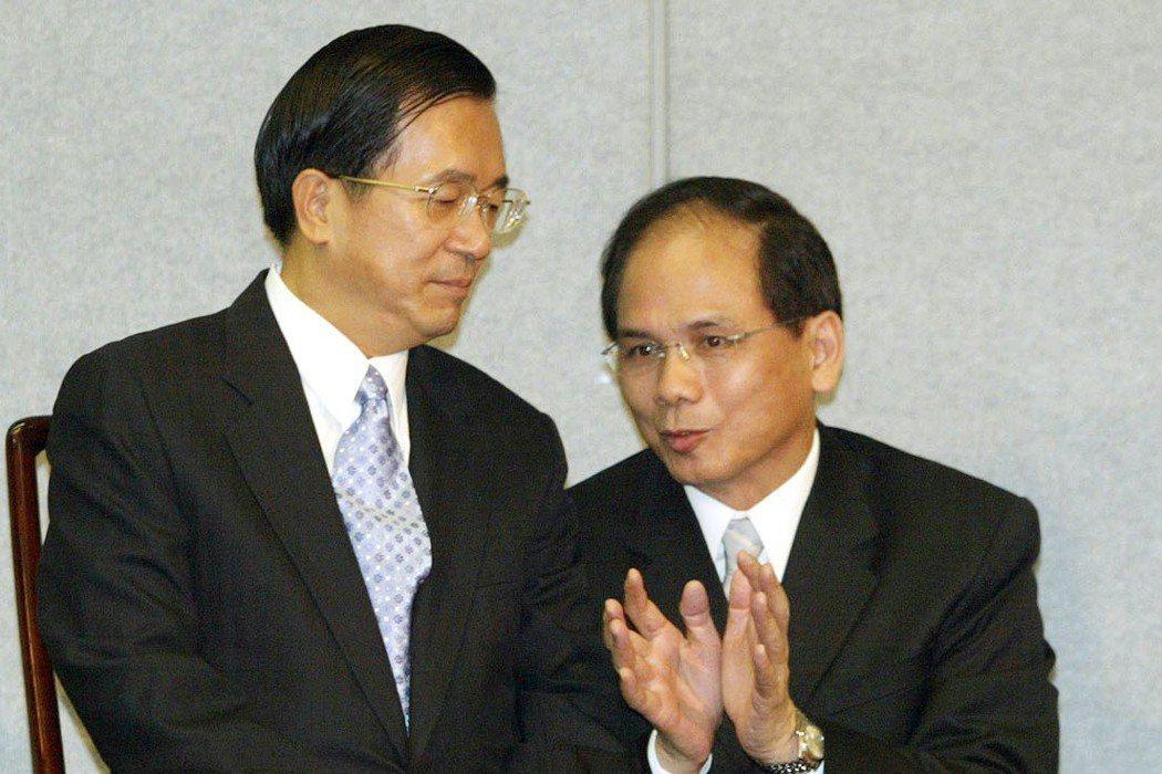 2004年9月,當時的行政院長游錫堃(右)在立法院備詢時提出「你打我台北,我就攻...