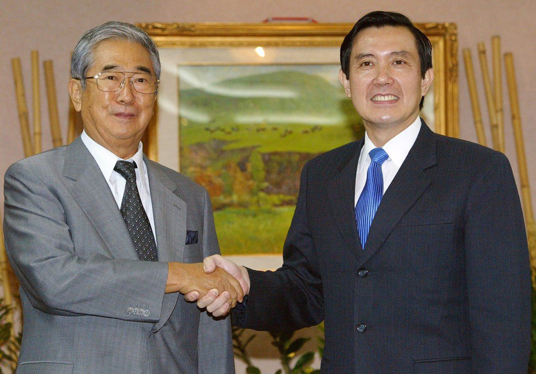 2005年9月,東京都知事石原慎太郎(左)來訪,與時任台北市長的馬英九(右)相見...