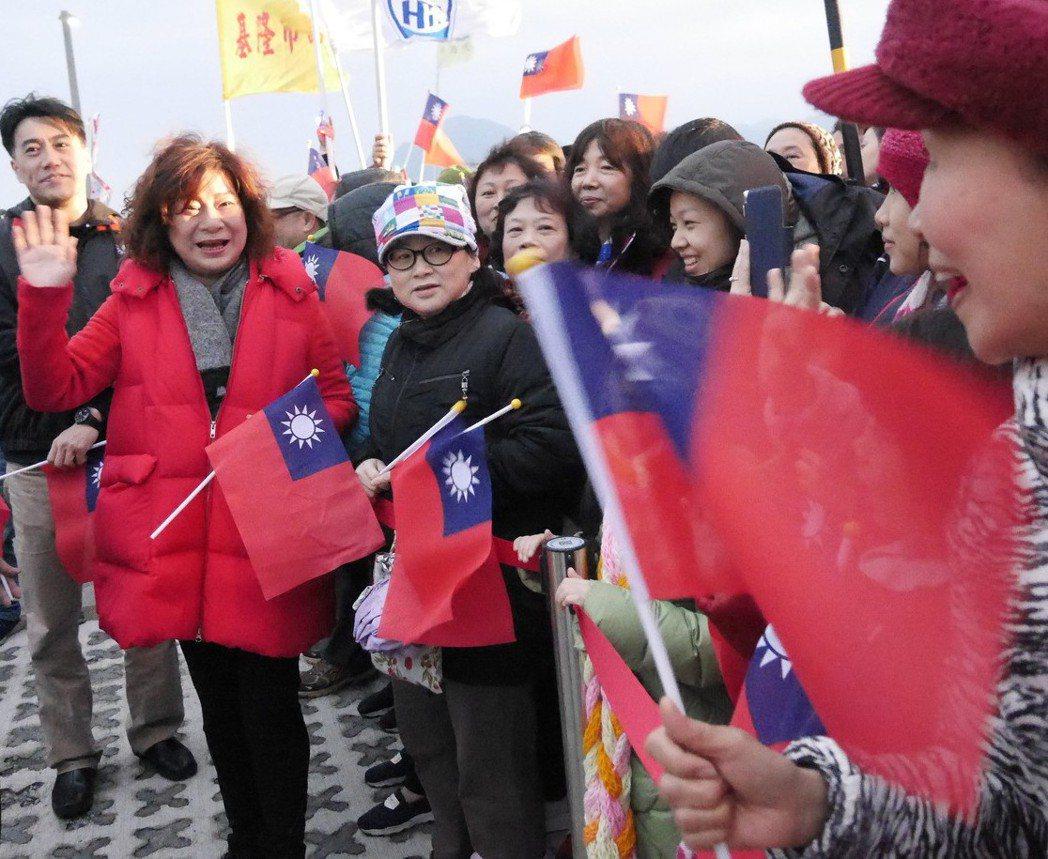 基隆市議長宋瑋莉(左)在今年元旦升旗時,現場發放小國旗。 圖/聯合報系資料照片