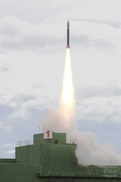 接近雲峰飛彈的天弓二型飛彈。 (軍聞社)