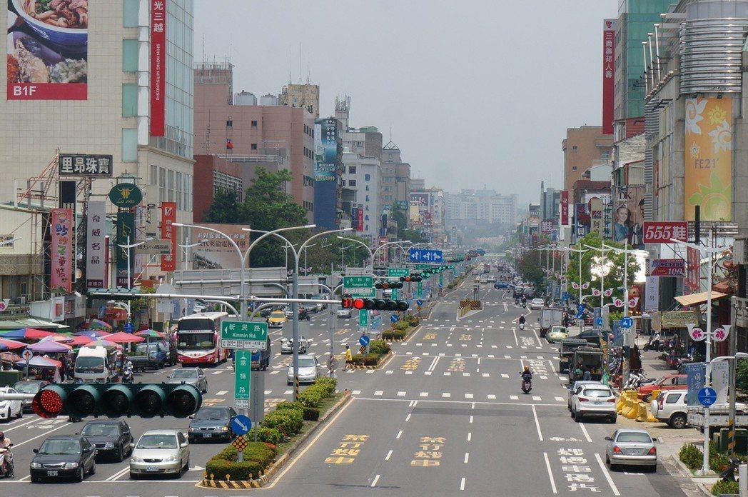垂楊路早年未加蓋時,楊柳垂岸,如今闢成大馬路,高樓聳立。 圖/聯合報系資料照片