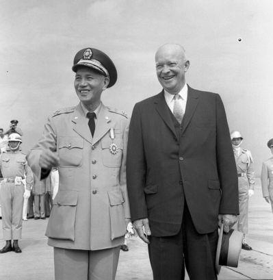 1960年,艾森豪總統來華訪問,我國蔣中正總統在松山機場歡迎。 圖/報系資料照