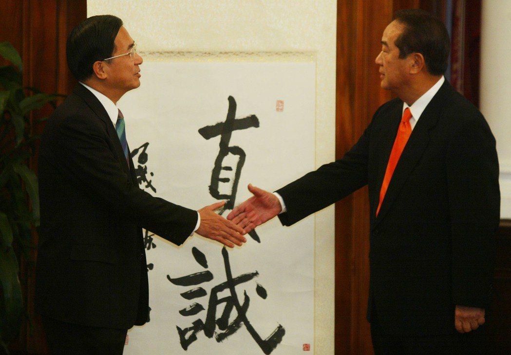 2005年,陳水扁在總統府會見了親民黨主席宋楚瑜,一見面就送給宋一幅墨寶,雖不是...