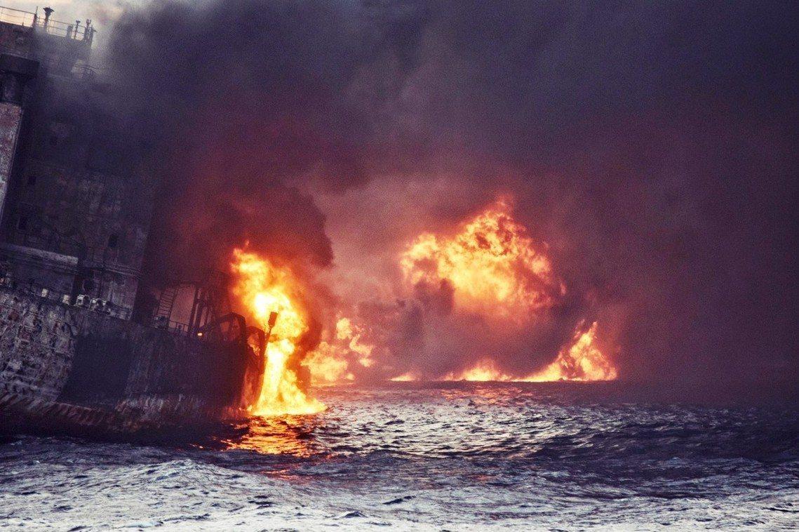 15日午後,爆燃中的桑吉號。 圖/路透社