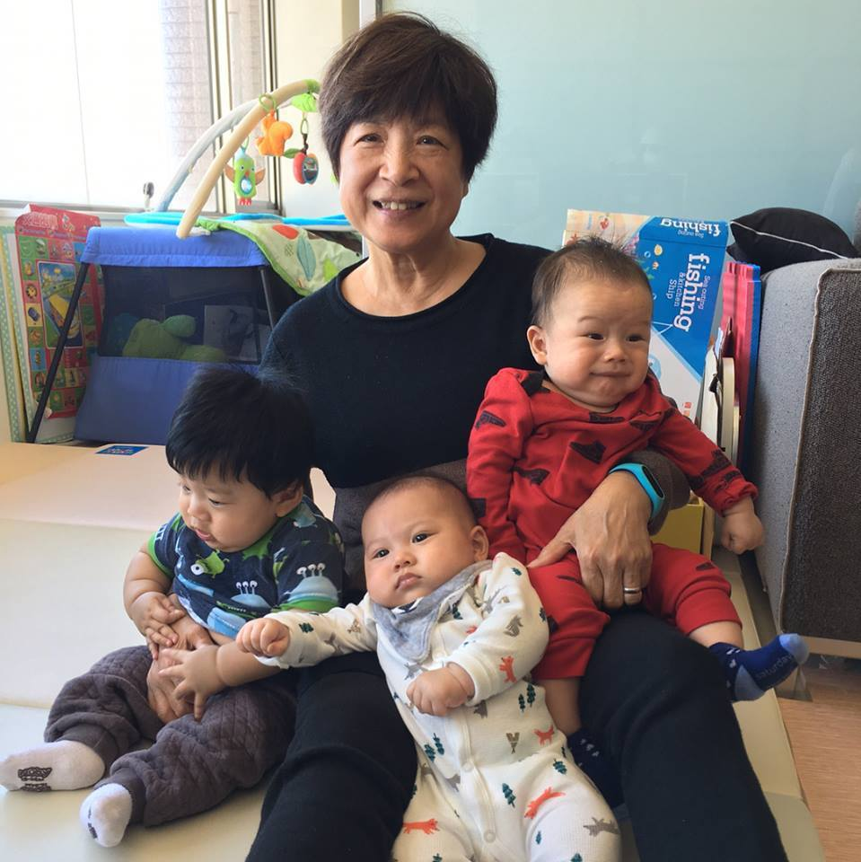 Janet媽媽抱著3個孩子,Egan(右)表情很逗趣。圖/摘自臉書