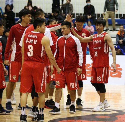 張博勝(右一)率領台銀中止3連敗。圖/中華籃球協會提供