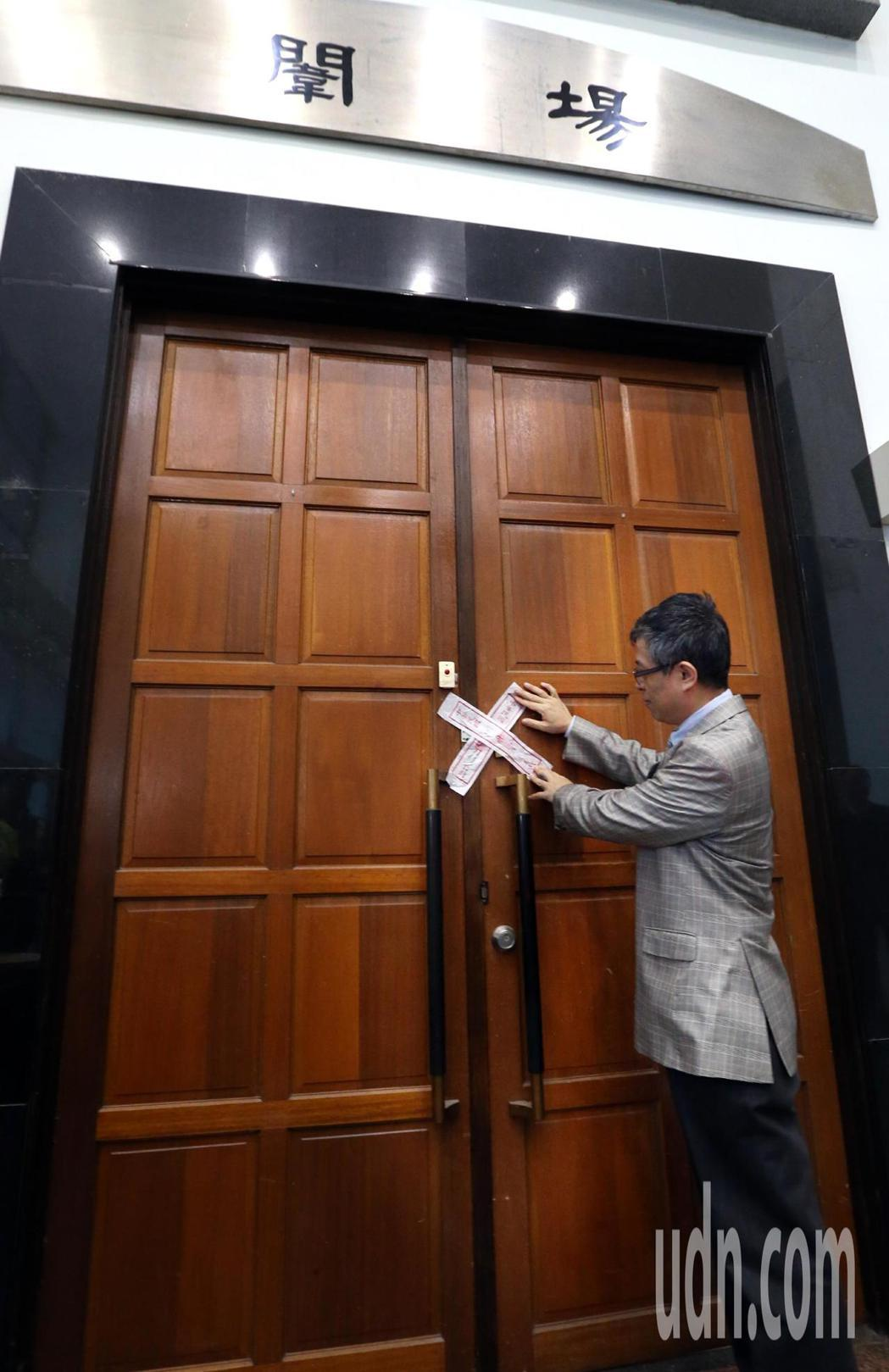 107學年大學學測將於月底登場,試務人員一早入闈,大考中心主任劉孟奇在闈場大門貼...