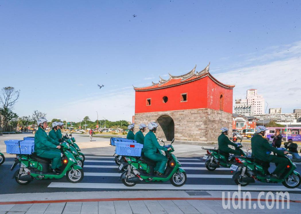 為配合「空污防治」,採用綠色能源,中華郵政上午舉行「1627輛電動機車成軍誓師大...