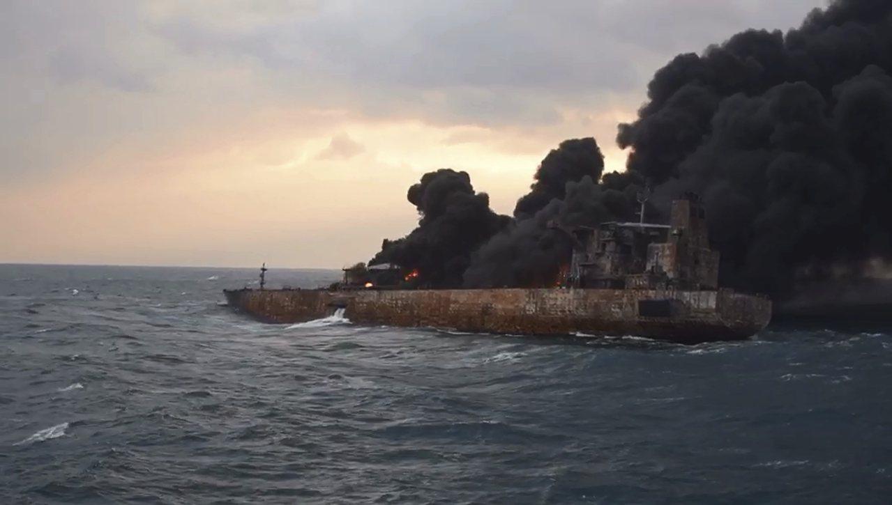 伊朗油輪「桑吉號」燒了超過一周,14日下午爆燃沉沒。美聯