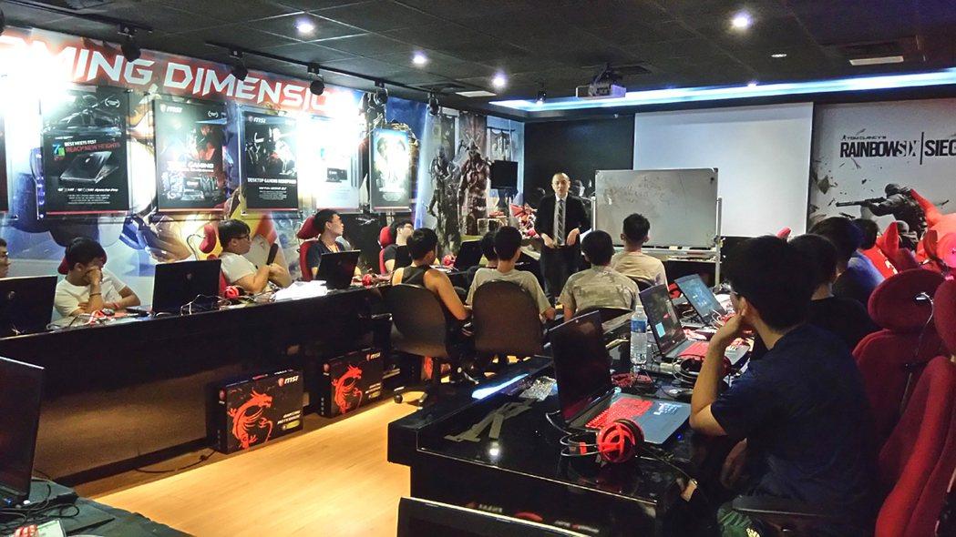 總教練貝克指導學員《英雄聯盟》遊戲營運技巧。 微星/提供