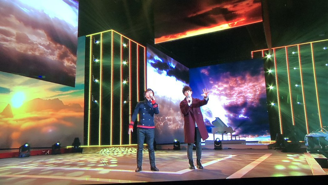 林隆璇和兒子林亭翰(右)一起上紅白除夕特別節目。圖/青田文化提供