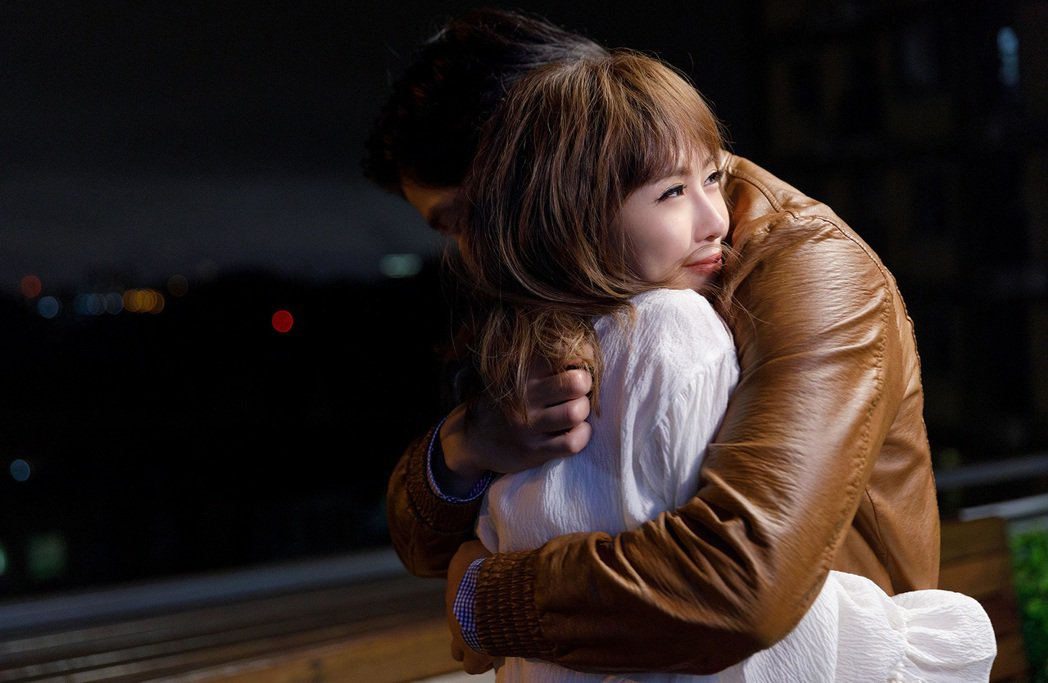 台語女歌手吳申梅和男主角滾床單。圖/好莉嗨提供