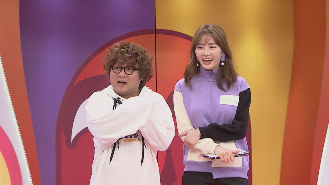 納豆(左)與舒子晨主持八大「同學!搞什麼鬼」。圖/八大提供
