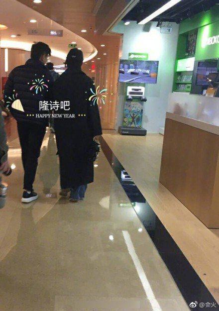 吳奇隆、劉詩詩再度被捕獲甜蜜逛商場。圖/摘自微博