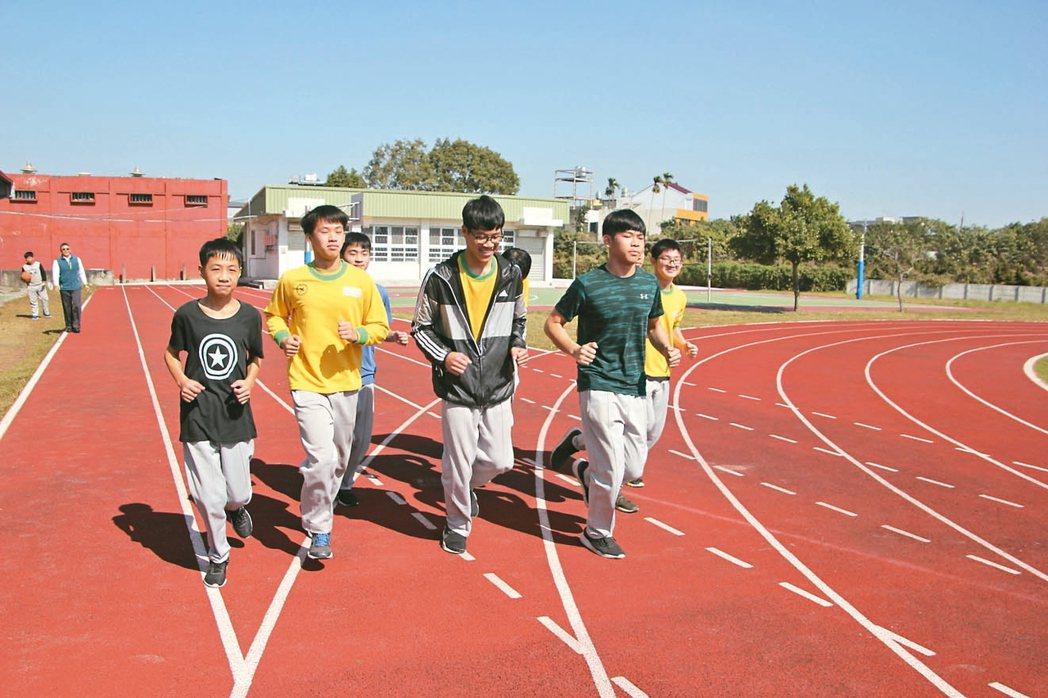 彰化縣衛生局、教育處聯合醫界與企業合作,學生每跑一圈就認捐一元,供學校買計步器或...