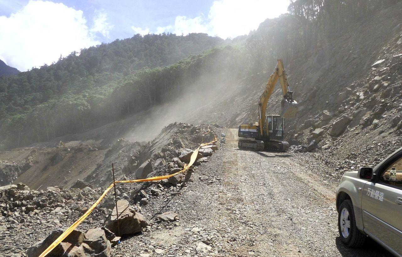 南橫公路134.2K嚴重坍方,長達200公尺的路基流失。 記者徐白櫻/翻攝