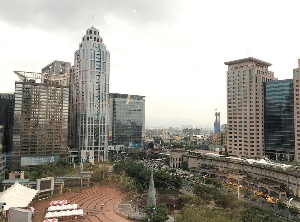 內政部昨天發布每半年一次的全國都市地價指數,板橋區地價下跌2.54%最明顯。 記...