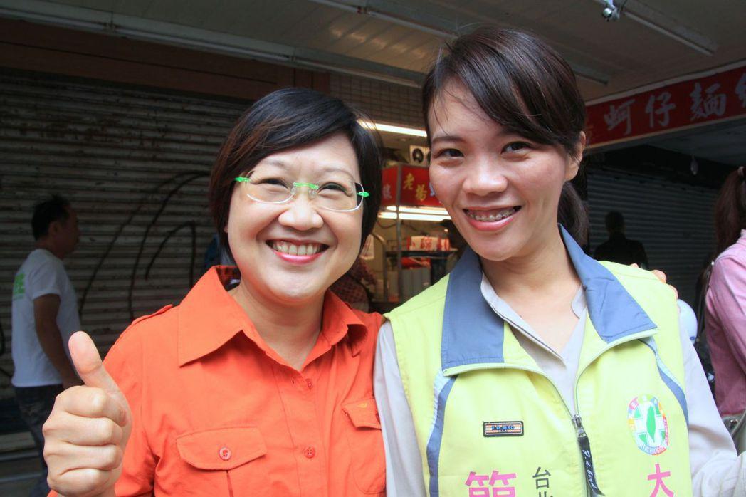 2014年,時任台北市議員的徐佳青(左),交棒給助理簡舒培(右)競選議員。...
