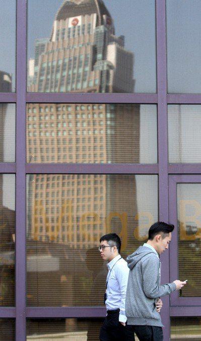 勞工加班狀況一年比一年嚴重。圖為台北街頭辛苦的上班族。記者侯永全/攝影