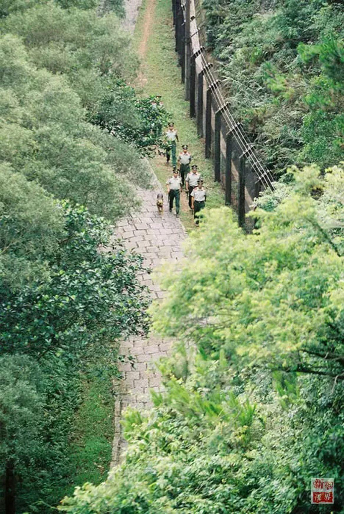 當年在深圳特區「二線」由邊防戍守,哨樓上有邊防官兵站崗,邊防也沿著「二線」固定巡...