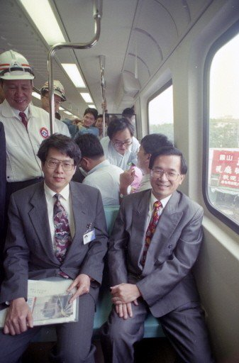 陳水扁(右)台北市長任內,首次到捷運淡水線試乘電聯車,副市長陳師孟(左)陪同。 ...