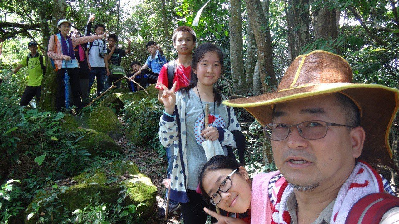 李業興用「小旅行」為環境教育做生態導覽。圖/李業興提供