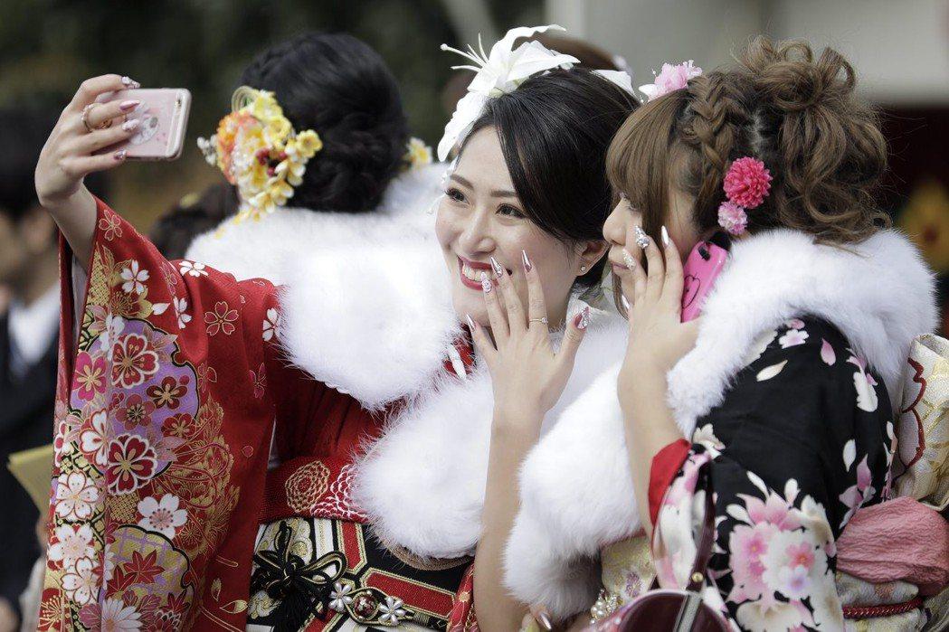 日本修改公民權法令,讓投票年齡限制降低至18歲,連帶著法定成人年齡也可能跟著下修...