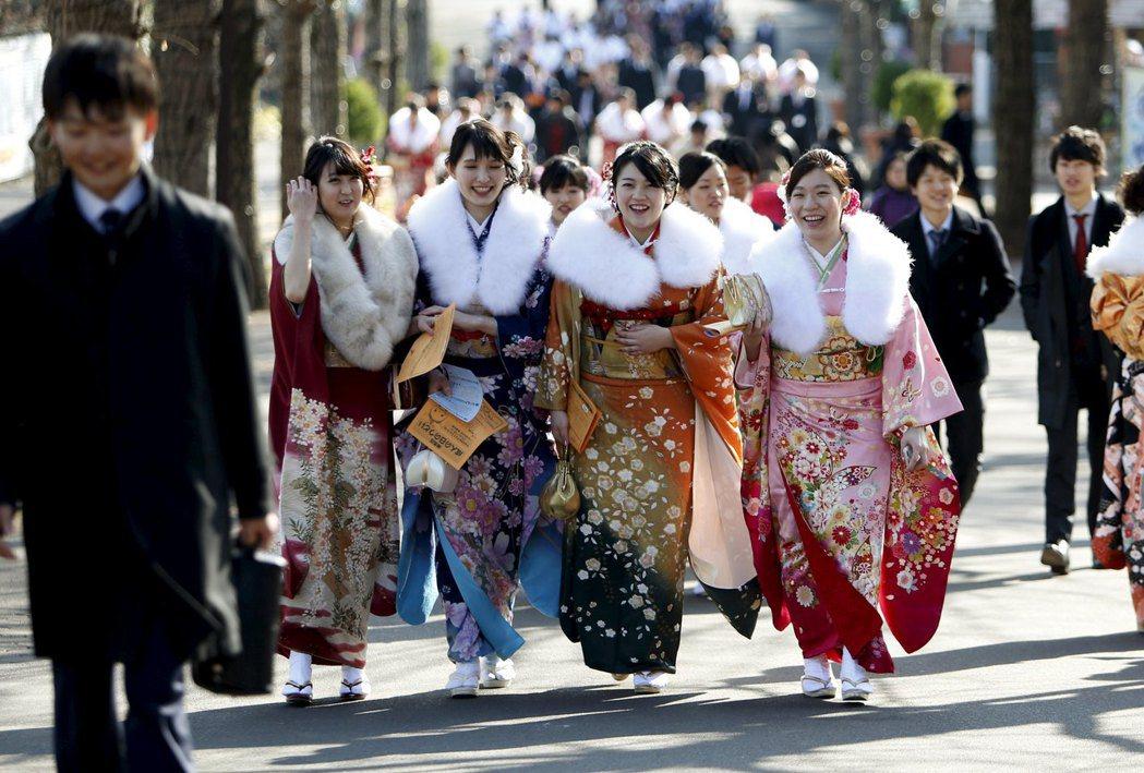 成人式是日本相當重要的儀式之一,新曆年之後,年滿20歲的青年男女,就準備要盛裝參...