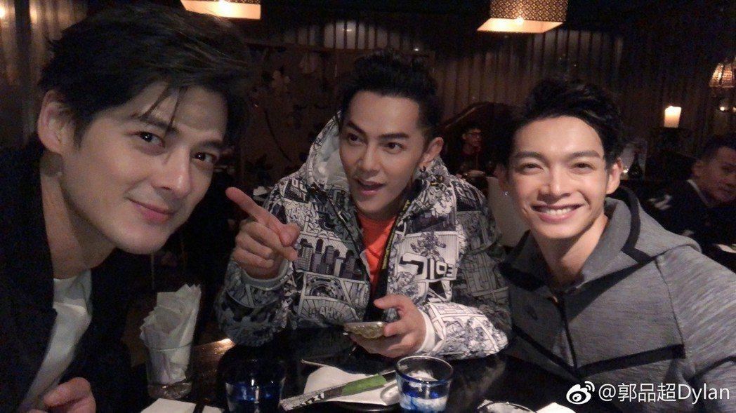 汪東城與辰亦儒、郭品超三人常常私下聚餐。 圖/擷自微博。