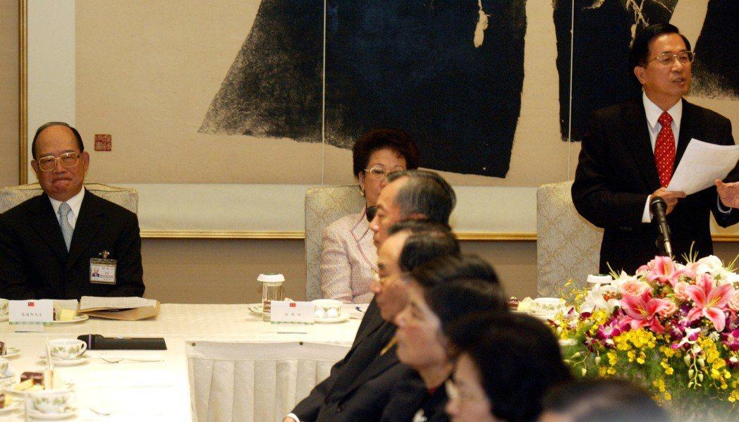 2004年時任總統的陳水扁(右)致詞時說,因華隆案產生的誤會,向監察院長提名人張...
