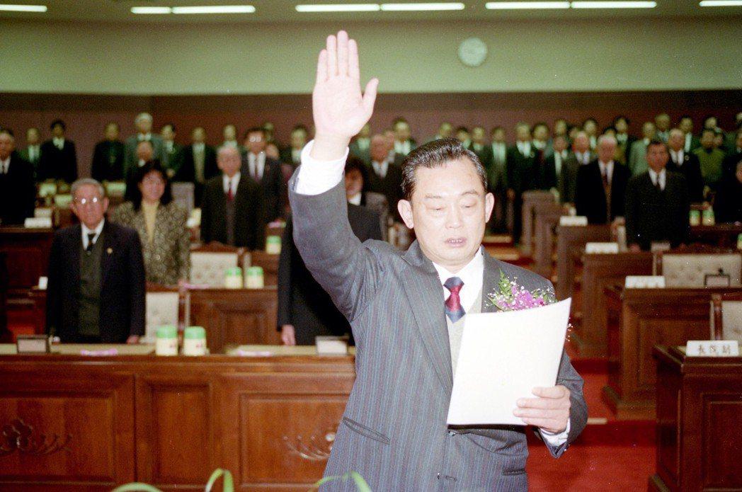 1992年,監察院副院長林榮三(圖中)在大法官監誓下,宣誓就職。 圖/聯合報系資...