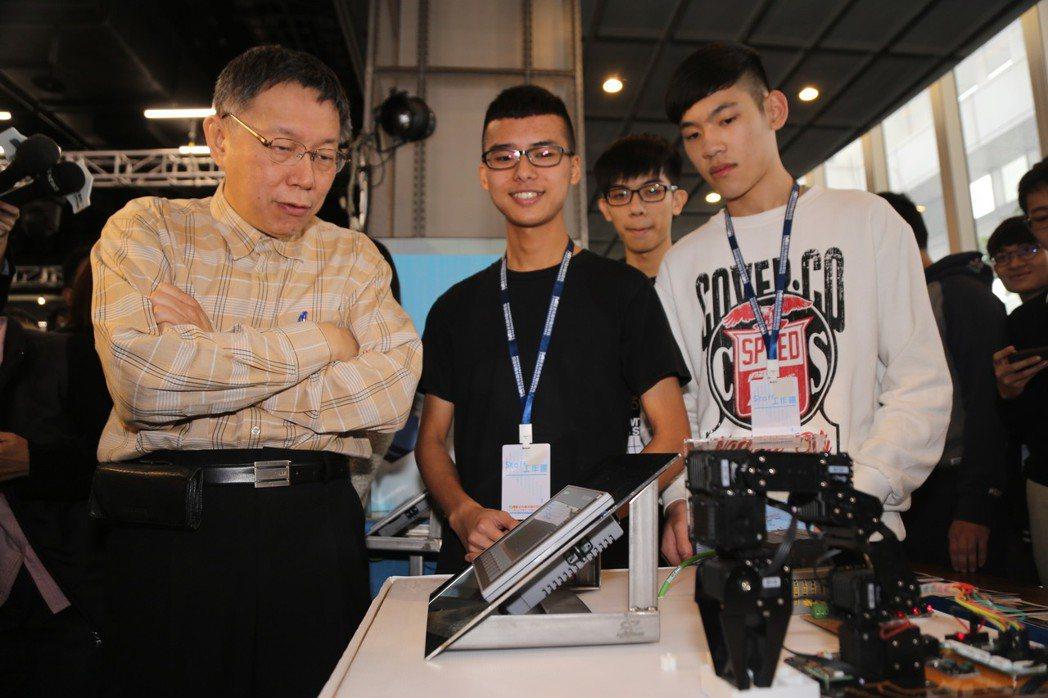 圖為1月8日台北市長柯文哲(左)出席「技職海外見學創業教育博覽會」。 圖/聯合報...