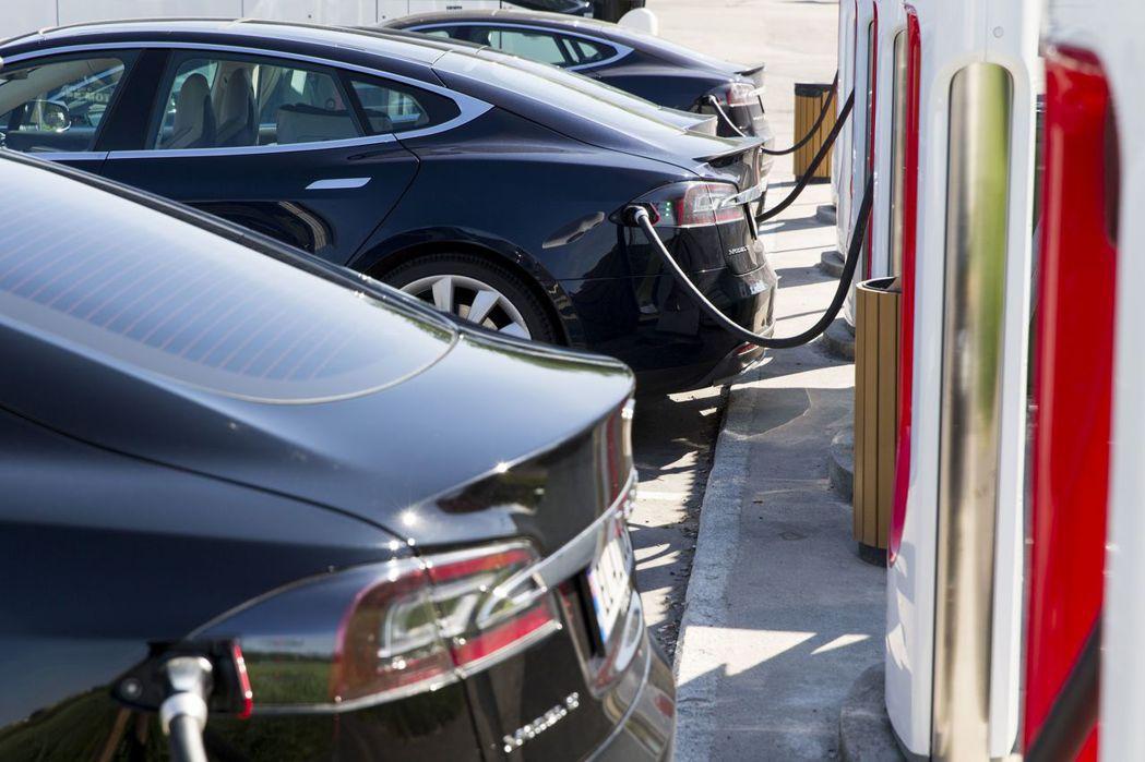 挪威電動車和油電混合動力車的新車占比2017年已達52%。 美聯社