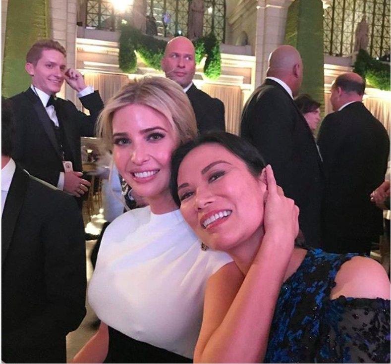 媒體大亨梅鐸的前妻鄧文迪在Instagram貼出,她參加川普就職典禮慶祝活動時和...