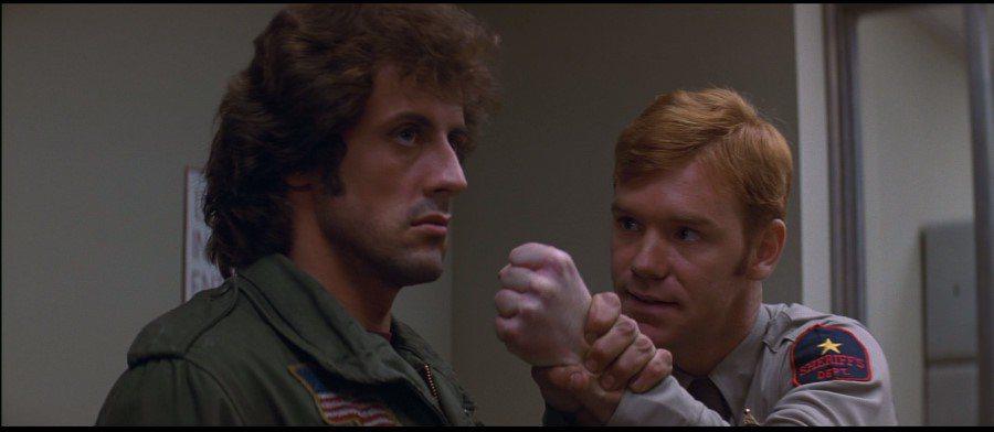 還未走紅的大衛卡魯索(右)飾演為難藍波的警察。圖/摘自imdb