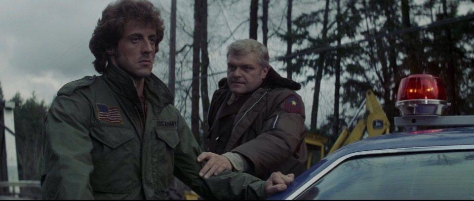 布萊恩狄尼(右)飾演的警長,對於藍波態度惡劣。圖/摘自imdb