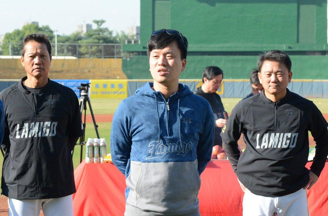 桃猿隊領隊劉玠廷(中)。 報系資料照