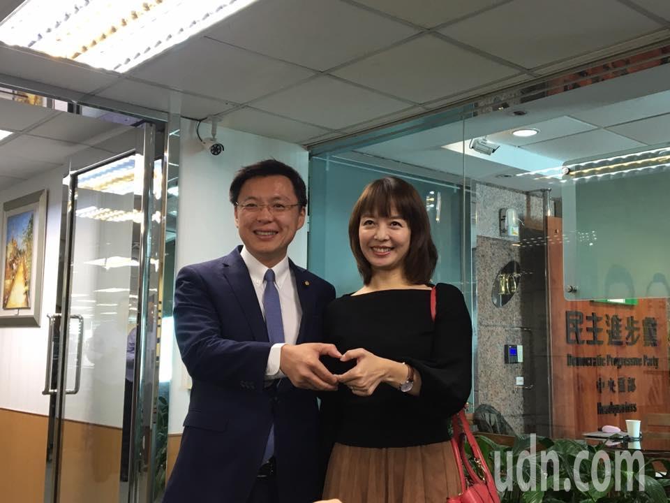 民進黨立委趙天麟今天偕同夫人一起到黨中央登記參選。記者周佑政/攝影