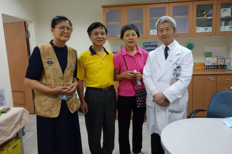 左起為蔡女士的姐姐、先生、蔡女士、陳金城副院長。圖/大林慈濟醫院