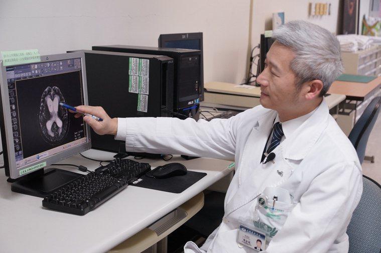 副院長陳金城醫師手指處為病人的磁振造影檢查,顯示腦積水部位。圖/大林慈濟醫院