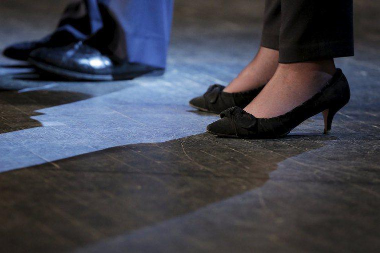 英國足科醫師建議,穿平底鞋不利足部健康,穿低跟鞋反而更合適。2016年希拉蕊出席...